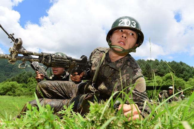 육군은 '한계를 뛰어넘는 초일류 육군 건설'을 위해 신병교육체계를 최적으로 개선하고 즉각 임무 수행 가능한 정병 육성에 총력을 기울이고 있다. 사진은 육군12사단 종합각개전투교장에서 훈련병들이 각개전투 훈련을 하는 모습.   국방일보 DB