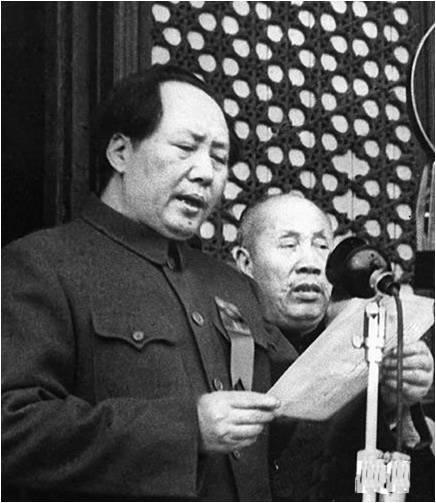 마오쩌둥이 1949년 10월 1일 천안문 문루에서 중화인민공화국의 수립을 선포하고 있다.