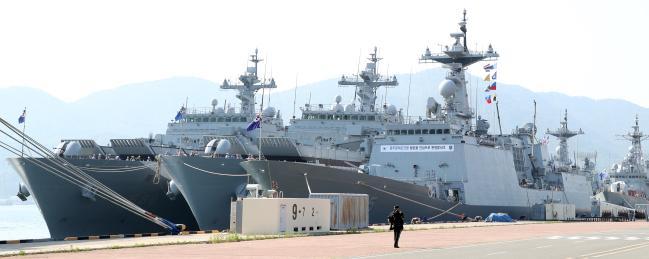 해군이 '국방개혁 2.0 해군추진계획'을 발표하고 '해군비전 2045, 해양강국·대양해군' 건설을 위한 힘찬 항해를 시작했다. 사진은 천왕봉급 LST-Ⅱ 상륙함 등 다양한 군함들이 해군 모항인 진해 군항에 정박해 다음 임무를 준비하는 모습.     진해=조종원 기자