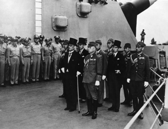 미주리 함상의 일본 항복사절단.