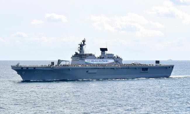 지난해 열린 대한민국 해군 국제관함식에서 독도함이 국민 시승함 임무를 수행하고 있다.