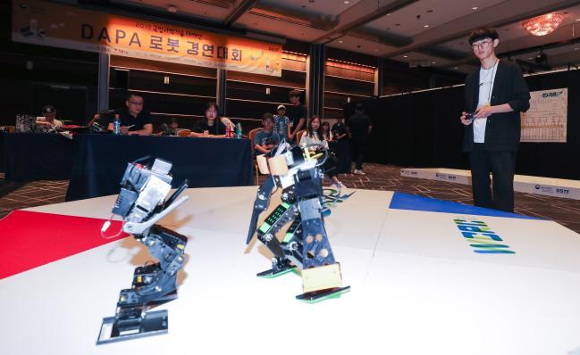 누가 누가 잘하나  로봇 경연대회는 참가자가 직접 제작한 로봇을 이용해 정해진 미션을 수행하는 토너먼트 방식으로 진행됐다. 대회 참가 학생들이 심사위원들이 지켜보는 가운데 경기를 펼치고 있다.