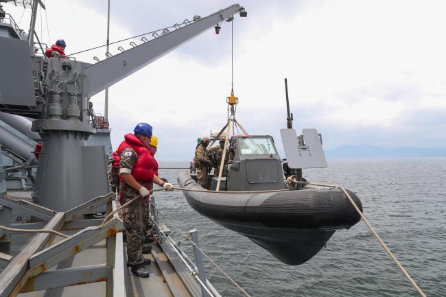 강감찬함 승조원들이 검문검색대 공격팀이 탑승한 고속단정을 함에서 내리고 있다.