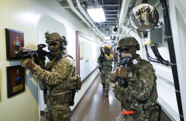 검문검색대 공격팀 대원들이 가상의 피랍 선박에서 내부 진압 작전을 전개하고 있다.
