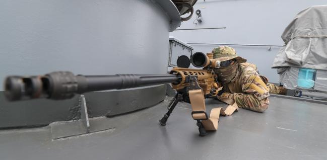 강감찬함 현측에 자리 잡은 청해부대 30진 검문검색대 엄호팀 저격수가 가상의 피랍 선박으로 진입하는 공격팀을 엄호하고 있다.