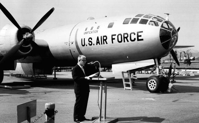 미 공군으로부터 기증받은 B-29 폭격기를 '통일호'라고 명명하는 명명 및 전시식이 1972년 8월 14일 서울 여의도 광장에서 열렸다. 국가기록원.