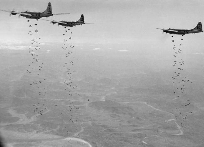 1951년 1월 18일 미 공군의 B-29 폭격기가 중공군에게 폭탄을 투하하고 있다. 사진 = www.af.mil(미 공군)