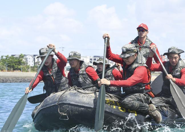 해병대9여단 상륙기습기초훈련에 참가한 장병들이 제주도 하모해안 일대에서 해상 패들링하며 앞으로 전진하고 있다.   사진 제공=황성준 상사