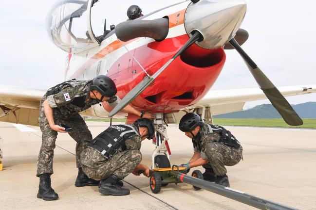 공군3훈련비행단 지상구조반 요원들이 지난 9일 진행된 활주로 폐쇄 시 처리절차 숙달을 위한 훈련에서 항공기 견인 작업을 실시하고 있다.  부대 제공