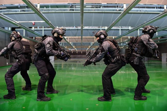 기상 영향과 소음 불편을 최소화해 전천후 사격훈련이 가능한 '실내 방음사격장'에서 특전요원들이 훈련 중 사격 예비동작을 취하고 있다. 부대 제공