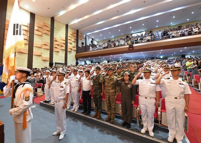 13일 해군작전사령부에서 열린 청해부대 30진 파병 환송행사에서 청해부대원들이 국기에 대한 경례를 하고 있다.  해군 제공