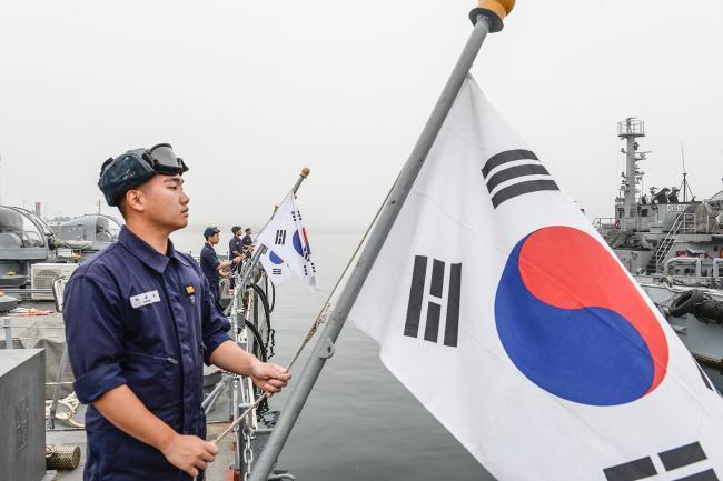 해군1함대 고속정편대 장병들이 13일 함상에서 태극기를 게양하고 있다. 1함대는 해군 함정과 육상에서 매일 국기 게양식을 통해 장병들의 나라사랑마음을 드높이고 있다.  사진 제공=박보훈 중사
