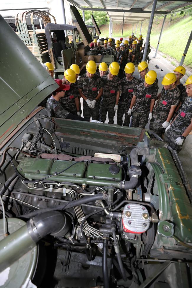 교육생들이 차량 아침 점호 교육을 받고 있다.