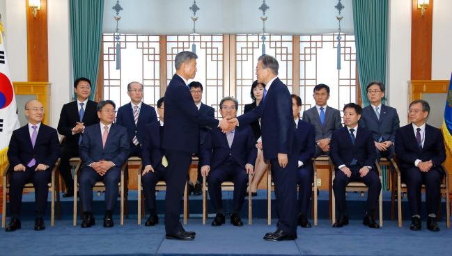 문재인 대통령이 19일 오전 청와대에서 박삼득 신임 국가보훈처장에게 임명장을 수여한 뒤 악수하고 있다. 연합뉴스