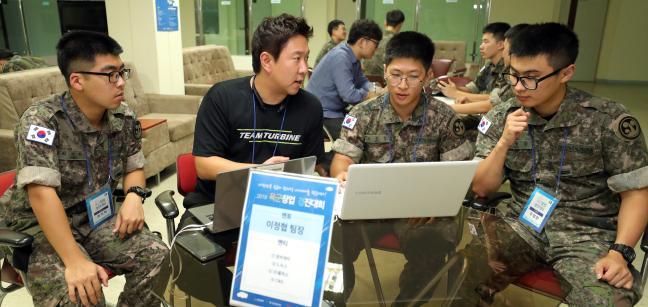 20일 '2019 육군 창업경진대회' 참가 장병들이 멘토로부터 창업 멘토링을 받고 있다. 대전=조종원 기자