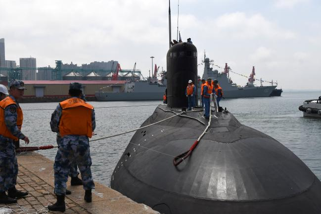 지난 4월 29일 중국 해군이 '해상연합-2019' 군사훈련을 위해 중국 칭다오항 다강 부두로 입항하는 러시아 해군 잠수함을 지원하고 있다. 중·러는 '해상연합-2019' 외에도 오는 9월 16일부터 러시아에서 '첸트르-2019' 전략 군사훈련을 진행하는 등 준동맹 수준의 협력관계를 발전시켜 나가고 있다.   연합뉴스