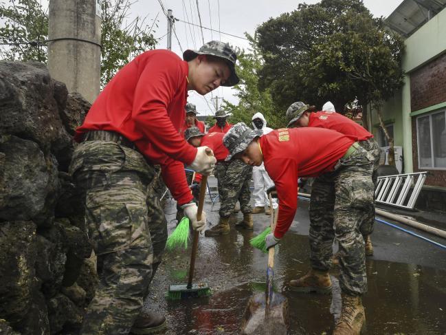 해병대9여단 91대대 장병들이 9일 제주도 서귀포시 일대에서 도로와 배수로를 정비하며 태풍 피해를 복구하고 있다.  사진 제공=이준우 대위