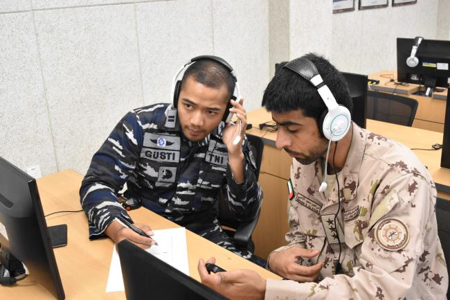잠수함사 909전대 청음훈련장에서 구스티(왼쪽) 인도네시아 해군 중위와 이브라힘 UAE 해군 대위가 수중 소음식별을 실습하고 있다.  부대 제공