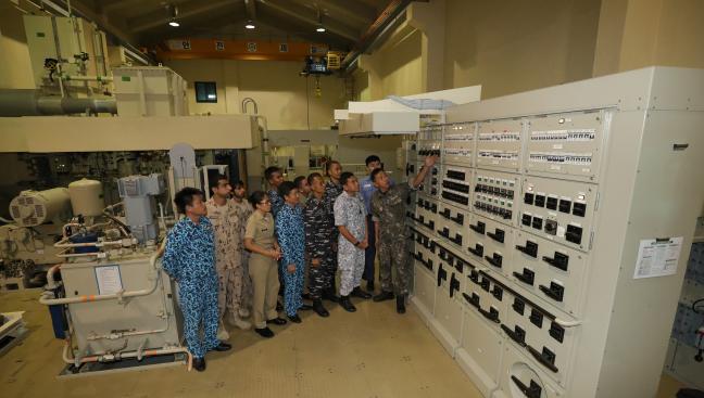 잠수함사 909전대 기관체계실습장에서 윤철민 원사가 국제잠수함과정에 참가한  외국 해군 교육생들에게 잠수함 보조배전반 기능을 설명하고 있다.   조종원 기자