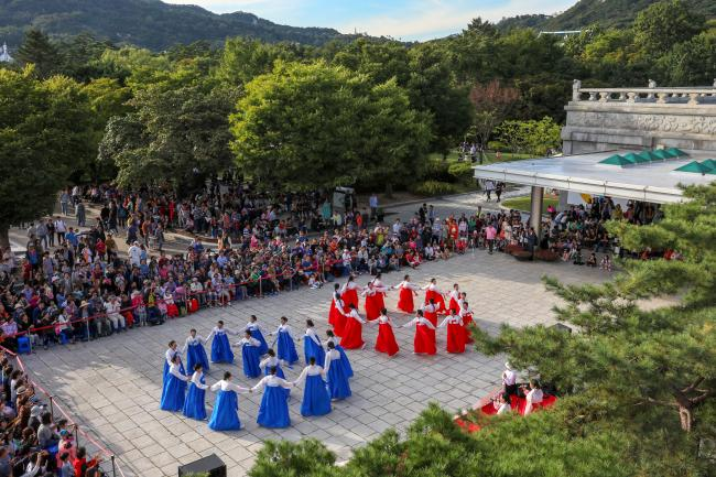 지난해 국립민속박물관에서 마련한 추석 문화행사인 강강술래 공연을 많은 사람이 관람하고 있다.