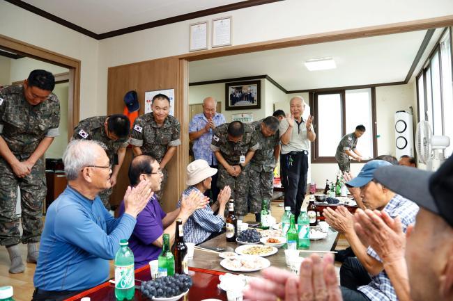육군31사단 주임원사를 비롯한 직할대대 주임원사들이 한가위를 앞두고 부대 인근 경로당을 방문해 지역 어르신들께 인사를 드리고 있다.  부대 제공