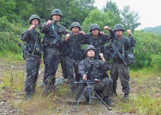 '육군 최정예 300전투원' 선발평가에서 박격포 분야 최우수팀으로 선발된 육군201특공여단 1특공대대 박격포반이 기념 촬영을 하고 있다.  부대 제공