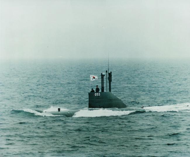 항해하고 있는 돌고래 053함.  해군잠수함사령부 제공