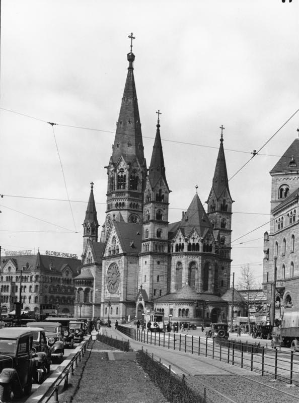 영국 공군의 폭격이 있기 이전인 1939년 촬영된 카이저 빌헬름 기념교회의 모습. 가장 높은 113m 높이의 첨탑은 사진으로만 남아있다.  사진=www.paragsankhe.com