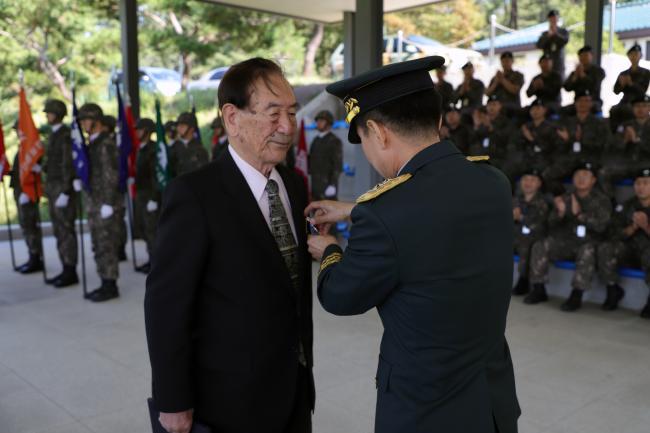 전 연세대 명예교수이자 6·25전쟁의 호국영웅인 이근엽(왼쪽) 옹이 18일 육군수도기계화보병사단에서 유기종 사단장으로부터 긴박한 전장 상황 탓에 받지 못했던 화랑무공훈장을 66년 만에 전달받고 있다.       부대 제공