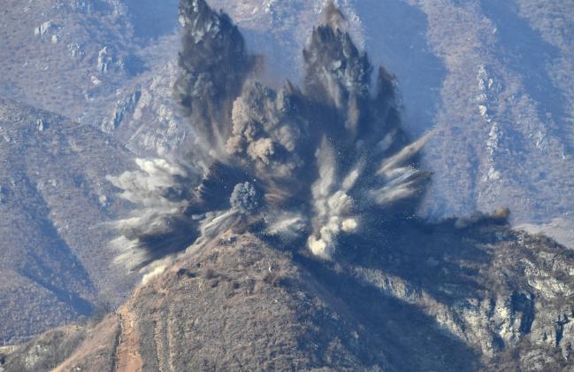 비무장지대 GP 철수  남북 군사당국은 지난해 12월 12일부로 상호 1㎞ 이내 거리에서 마주보고 있는 GP 22곳의 화기· 장비·인원을 철수하고 시설물을 철거했다. 중부전선에서 북한 측 GP가 폭파되는 모습.