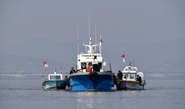 한강하구 공동이용  남북 군사당국은 지난해 12월 9일 한강하구 남북공동수로조사를 완료, 한강하구에서 남북 민간선박의 자유항행 여건을 마련했다. 사진은 강화군 교동도 북단 한강하구 중립수역에서 남측조사선들이 수로 분석 작업을 하는 모습.