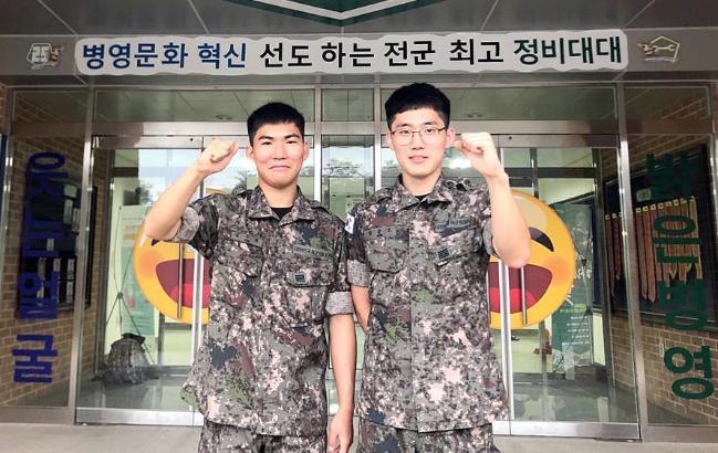 다음 달 육군과학화전투훈련에 전우들과 함께 참가하기 위해 전역일을 열흘가량 연기한 육군25사단 정비대대 김수환(왼쪽)·엄준오 병장이 기념사진을 찍고 있다.  부대 제공