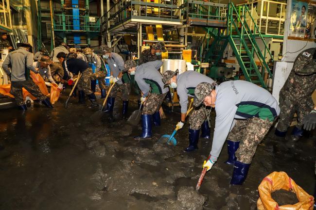 국군 장병들이 지난 2일부터 4일까지 18호 태풍 '미탁'으로 인한 피해 복구에 구슬땀을 흘렸다. 사진은 육군53사단이 부산 사하구 구평동 일대 공장에서 토사 제거 대민지원을 벌이는 모습. 부대 제공