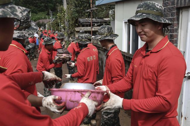 국군 장병들이 지난 2일부터 4일까지 18호 태풍 '미탁'으로 인한 피해 복구에 구슬땀을 흘렸다. 사진은 해병대 신속기동부대가 경북 포항에서 침수피해 복구 작업을 하는 모습.  부대 제공