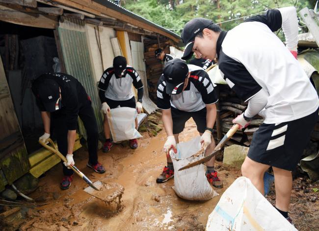 국군 장병들이 지난 2일부터 4일까지 18호 태풍 '미탁'으로 인한 피해 복구에 구슬땀을 흘렸다. 사진은 공군18전투비행단이 강릉시 회산동 일대 주택가에서 흙더미를 제거하는 모습.  부대 제공