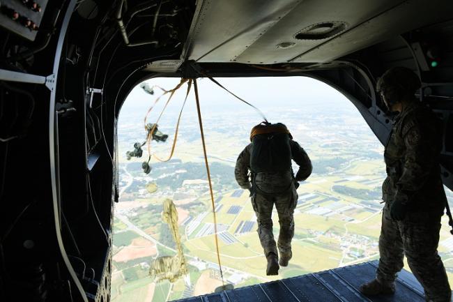 공군6탐색구조비행전대 항공구조대대(SART)가 최근 실시한 낙하산 강하훈련에서 항공구조사들이 공중강하를 위해 항공기에서 뛰어내리고 있다.  부대 제공