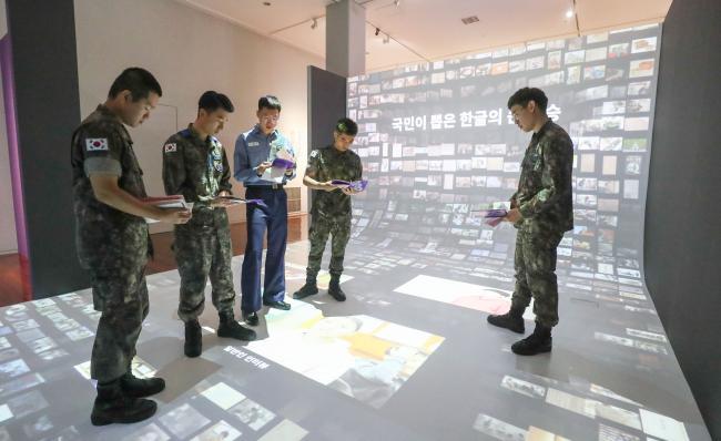 한글날을 앞두고 서울 용산 국립한글박물관을 찾은 국군복지단 장병들이 한글의 과거·현재·미래의 모습을 볼 수 있는 상설전시장과 '한글의 큰 스승','한글 디자인: 형태의 전환' 특별전시장을 둘러보고 있다.