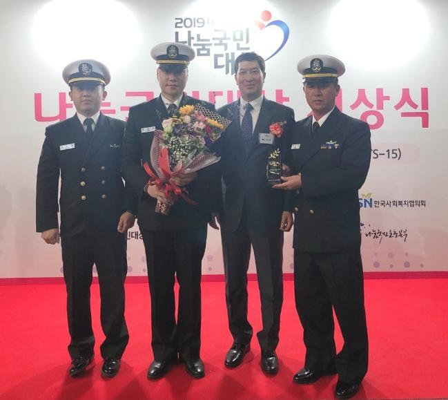 해군2함대 2수리창 부대원들이 '2019년 대한민국 나눔국민대상' 시상식에서 기념사진을 찍고 있다.    부대 제공