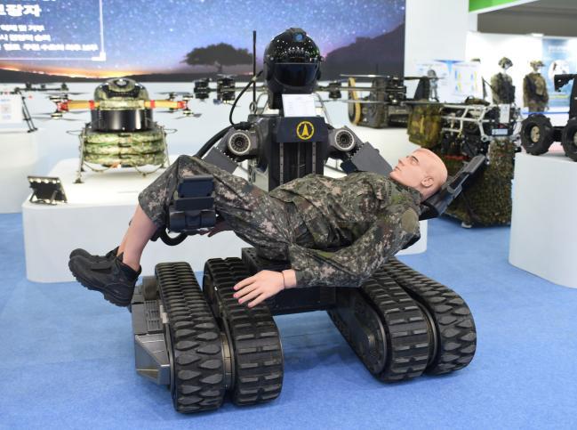 국방과학연구소(ADD)가 개발 중인 구난로봇(Life-saving Robot). 너비 1.4m, 길이 1.2m에 무게는 560kg. 최대 시속 15km로 이동하며 120시간 동안 운용할 수 있다.