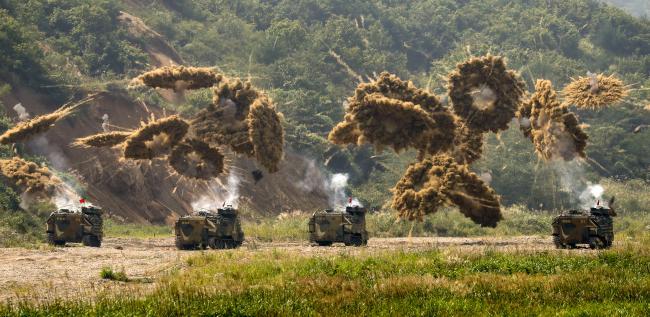 필리핀 해병대가 최근 한국형 상륙돌격장갑차(KAAV)를 도입, 합동군사연습에 참가시켰다. 사진은 우리 해병대의 KAAV가 연막탄을 터뜨리며 기동하고 있는 모습.  한재호 기자