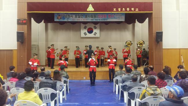 6일 육군35사단 군악대 장병들이 사단 공용화기 사격장 일대에 거주하는 전북 남원 보절면 지역주민들을 위해 군악 공연을 하고 있다.  부대 제공
