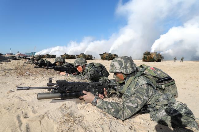 지난달 29일 경북 포항시 도구해안에서 해병대 신속기동부대의 상륙훈련이 전개되는 가운데 상륙돌격장갑차(KAAV)로 상륙한 장병들이 해안 교두보를 확보하고 있다.