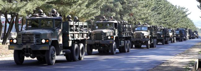해병대 신속기동부대 출동태세 점검에서 차량과 장비가 해병대1사단 내 도로를 줄지어 기동하고 있다.