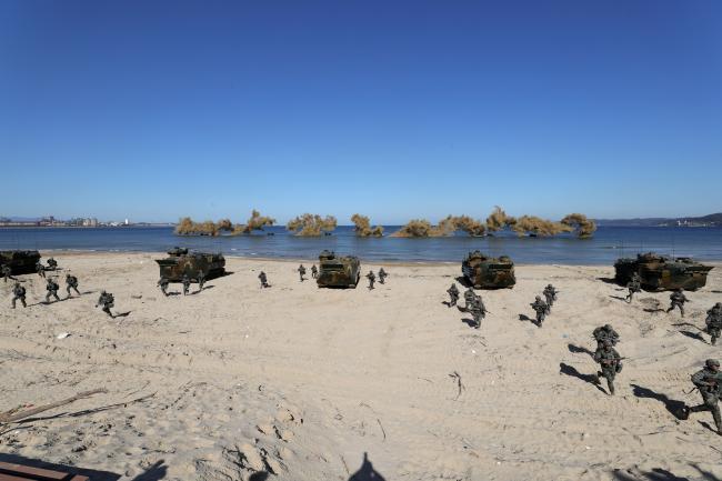 상륙돌격장갑차로 해안에 상륙한 뒤 내륙으로 돌격하고 있는 해병대 신속기동부대 장병들.
