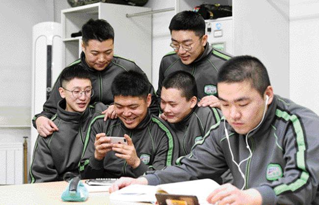 국방부는 현재 '병 휴대전화 전부대 시범확대'를 통해 병사들의 소통을 활성화하고 자기개발 기회를 보장하고 있다. 사진은 육군수도기계화보병사단 병사들이 생활관에서 휴대전화를 보며 휴식하고 있는 모습.        양동욱 기자