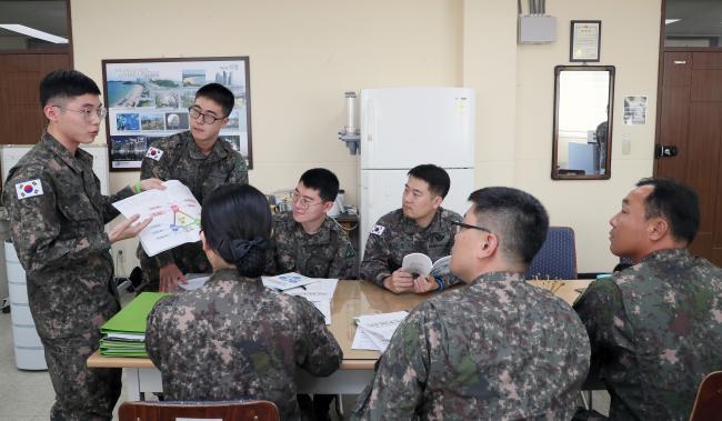 육군53사단이 역멘토링 방식으로 추진한 리더십 연구를 주도한 정비근무대 송채현 병장이 간부들 앞에서 연구 내용을 설명하고 있다.