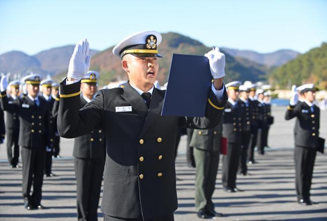 지난달 29일 해군사관학교에서 열린 '제127기 사관후보생 임관식'에서 신임 소위들이 임관 선서를 하고 있다. 부대 제공
