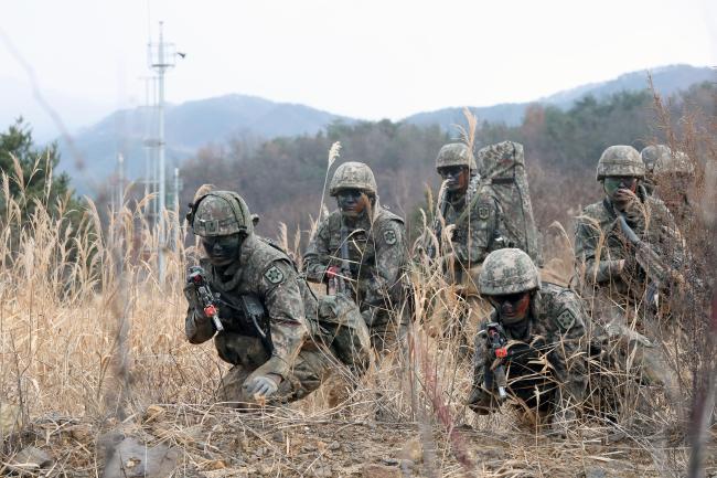 육군12사단 백마촌대대 장병들이 과학화 전투훈련장에서 훈련장 내 CCTV와 헤드캠을 비롯한 과학화시스템을 활용한 기동전술훈련을 실시하고 있다.