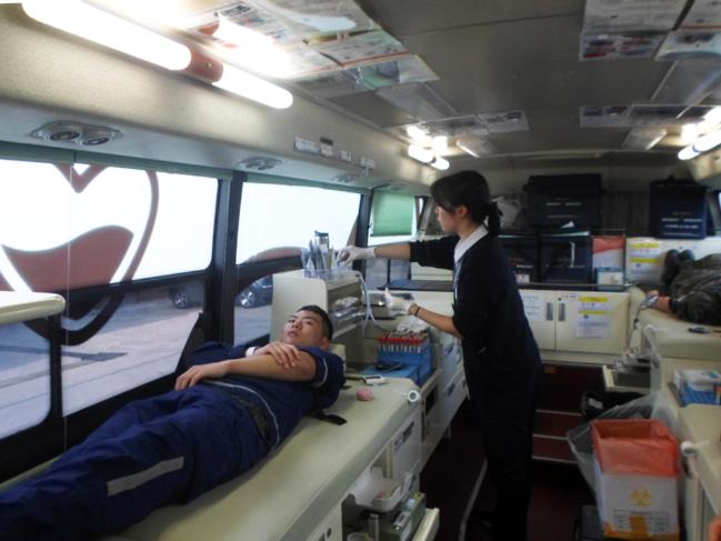 3일 진행된 공군1방공유도탄여단 예하 8120부대 사랑의 헌혈 운동에서 참여 장병이 헌혈하고 있다.  사진 제공=김영우 일병
