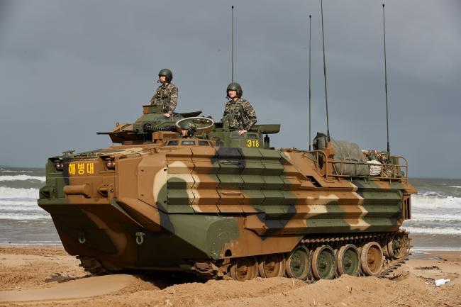 경북 포항시 도구해안에서 해병대1사단 상륙돌격대대 3중대 2소대 이진환(중사) 차장, 오영택(하사) 조종수, 송건우(일병) 부조종수(왼쪽 위부터 시계 방향으로)가 KAAVP7A1(병력수송용) 한국형상륙돌격장갑차의 조종숙달훈련을 하고 있다.